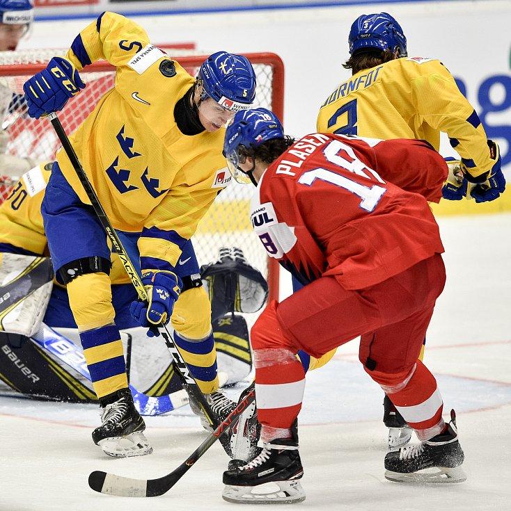 Mistrovství světa hokejistů do 20 let, čtvrtfinále: ČR - Švédsko, 2. ledna 2020 v Ostravě. Na snímku (zleva) Philip Broberg a Karel Plasek.