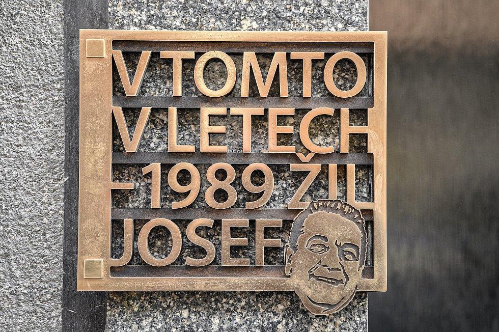 Slavnostní odhalení pamětní desky komiku Josefu Kobrovi, 21. prosince 2020 v Ostravě.