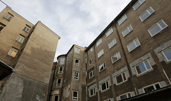 Příčky, vikýřová okna a zateplování. Přestavba chátrajících budov bývalého hotelu Palace vcentru Ostravy na studentské koleje jede na plné obrátky.