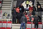 Čtvrtfinále play off hokejové extraligy - 1. zápas: HC Oceláři Třinec - HC Vítkovice Ridera, 20. března 2019 v Třinci. Na snímku záchránáři ošetřují fanouška.