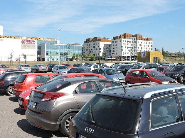 PLOCHA u Trojhalí zatím slouží k parkování. V budoucnu se ale počítá s jiným využitím.