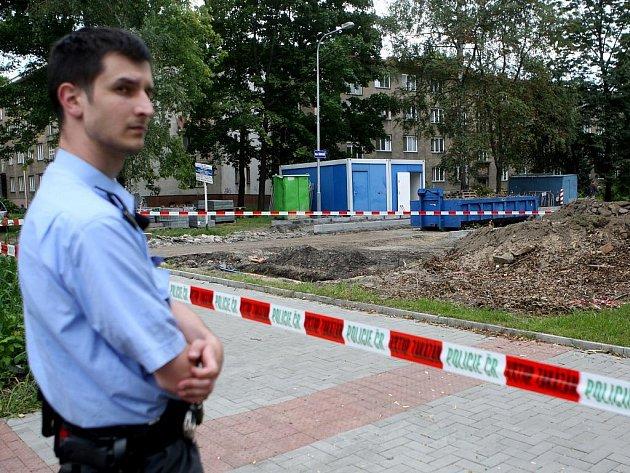 Policisté a pyrotechnici ve čtvrtek zasahovali v okolí křižovatky ulic Dr. Malého a Na Široké v Moravské Ostravě. Důvodem byl podezřelý předmět, který během výkopových prací našli dělníci.