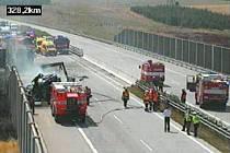 Dálnici D1 dočasně uzavřel požár.