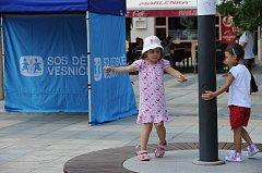 Na Masarykově náměstí v Ostravě mohou lidé v těchto dnech potkávat pracovníky Sdružení SOS dětských vesniček.