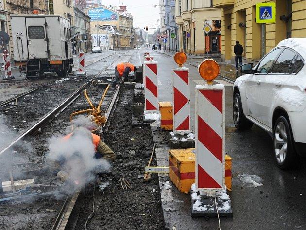 Výluku tramvají v centru Ostravy způsobila v neděli výměna kolejí v ulici Nádražní.