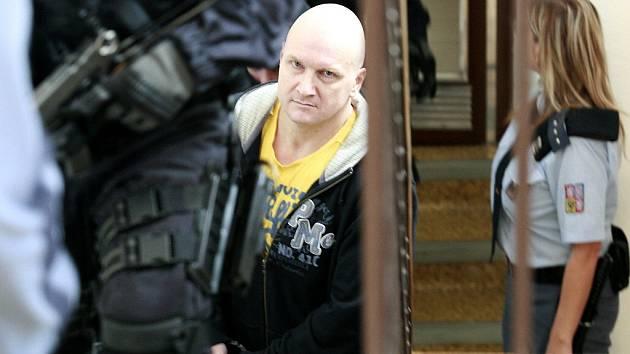 Doživotně odsouzeného Rudolfa Fiana přivedla ke Krajskému soudu v Ostravě ozbrojená vězeňská eskorta.