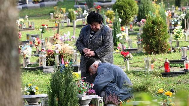 Budou Dušičky, tisíce lidí v těchto dnech zapálí svíčky na hrobech svých blízkých, aby uctili jejich památku.