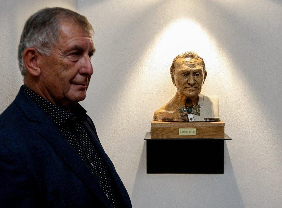 Snímek z odhalení busty Luďka Eliáše.