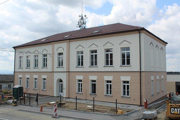 Rekonstruovaná základní škola ve Zbyslavicích.
