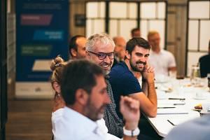 Diskuze a setkání s mentory.