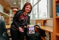 Martina Bartůňková z Knihovny města Ostravy připravuje knihy pro čtenáře v rámci donáškové služby.