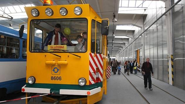 Při oslavách jubilea otevřel ostravský dopravní podnik zvědavým návštěvníkům tramvajovou vozovnu