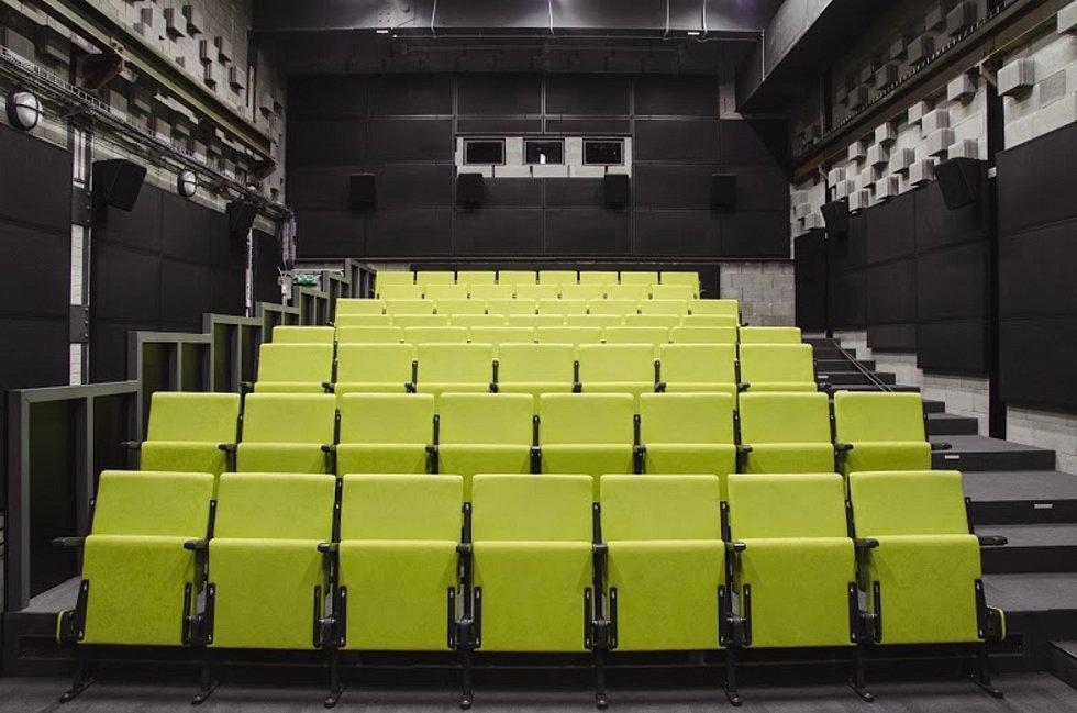 Ostrava – V ostravských Dolních Vítkovicích se otevře nové kino a bar ETÁŽ. První diváky přivítá ve svých dvou digitálních sálech s kapacitou 60 a 22 míst již ve čtvrtek 11. června 2020. Podnik se nachází v budově z červených cihel, která dříve sloužila j