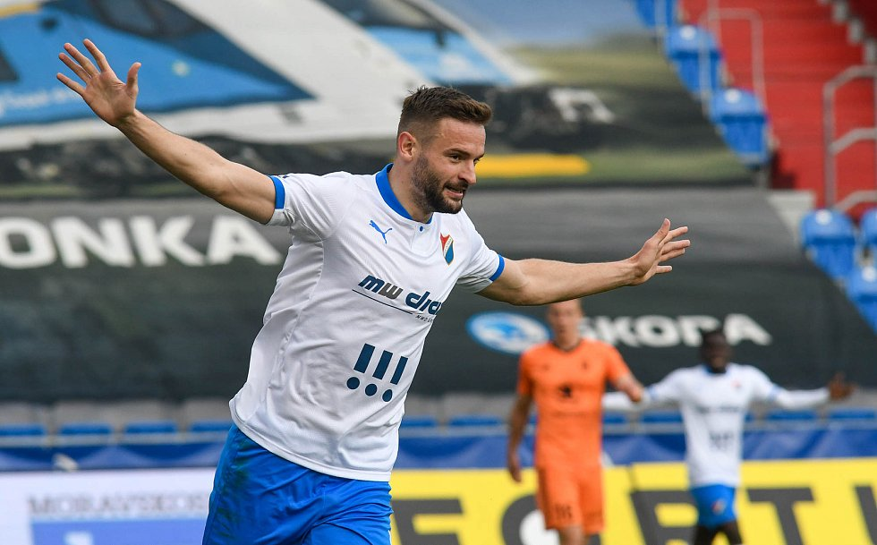 Fotbalisté Baníku Ostrava (v modro-bílém) v duelu 28. kola FORTUNA:LIGY s Mladou Boleslaví (2:1). Tomáš Zajíc se radoval předčasně, gól nakonec neplatil.