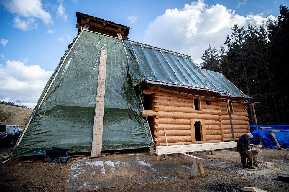 Tesaři pracují v Hošťálkové na Vsetínsku na dřevěné konstrukci kostela (na snímku z 11. února 2020), který vyhořel v Třinci-Gutech.