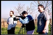 LUDVíK KLEGA (na snímku vpravo) s kameramanem Janem Plesníkem (uprostřed) a redaktorem Markem Hýžou zcela vlevo při natáčení Osudových okamžiků.