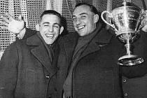 Hokejový brankář a legenda Josef Mikoláš (vlevo).