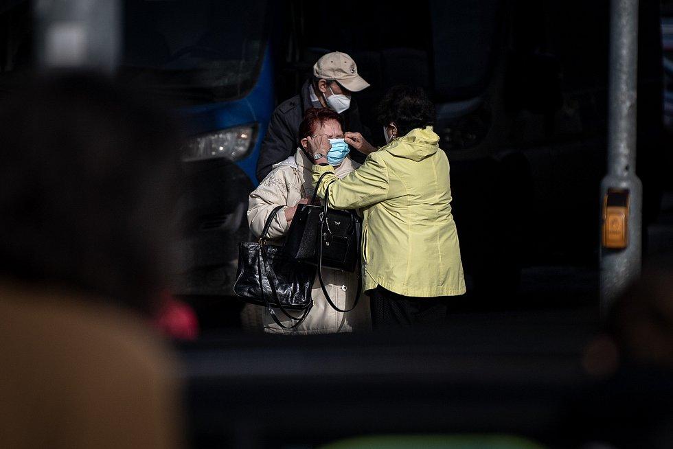 Ženy s respirátorem, 25. února 2021 v Ostravě. Kvůli koronavirové epidemii začala platit povinnost na frekventovaných místech nosit respirátor nebo dvě jednorázové zdravotnické roušky přes sebe.