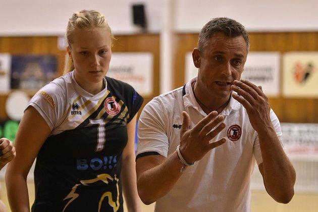 Volejbal, ženy, Ostrava - Brno, 13.října 2018vOstravě. Blokařka Michaela Nečasová (7) a trenér Zdeněk Pommer.