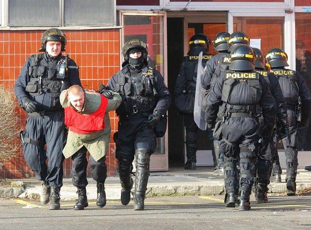 Po zuby ozbrojení policisté nacvičovali v areálu Jindřichu zásah proti extremistům