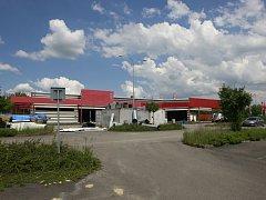 HALA NAPROTI HORNBACHU. Několik let chátral objekt po prodejně Mountfield ve Svinově. Nový investor jej chtěl opravit do konce roku 2015, to se ale nepodařilo.