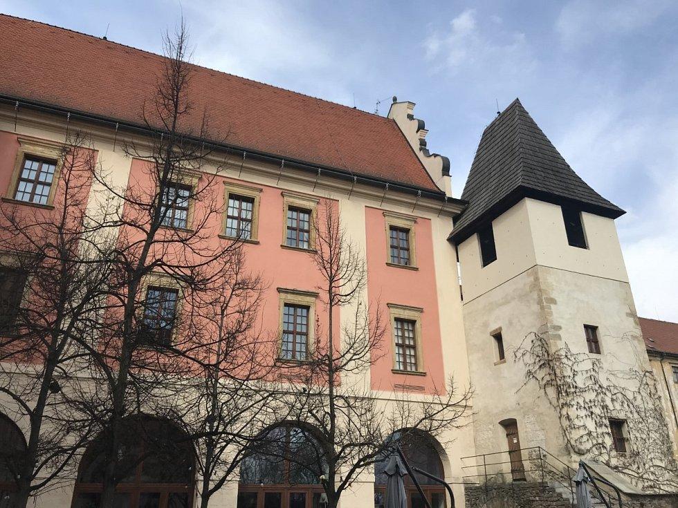 Pohled na jednu stranu bývalého jezuitského konviktu, v němž dnes sídlí především uměnovědné katedry.