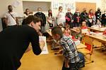První den školního roku 2020/2021 v ZŠ Porubská v Ostravě-Porubě, kde byly na scéně roušky, zpocení rodiče a natěšené i uplakané děti.