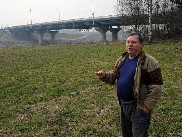 Domy v části Žabník voda ohrožuje často. Oldřich Burián stojí v místech, kde by letos měla vyrůst hráz.