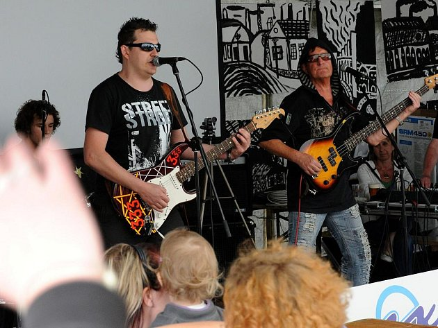 V klubu Náměstíčko se ve středu hrálo pěkně zostra. Lidi tam bavila ostravská rocková kapela 333.