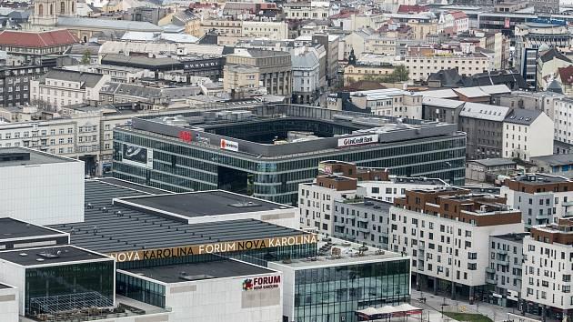OC Nová Karolina a administrativní budova Nová Karolina Park v centru Ostravy při pohledu z výšky.