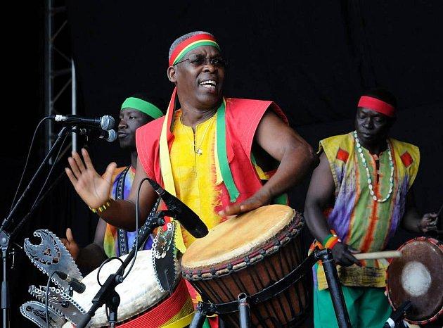 Z vystoupení kapely hráče na djembe Mamadyho Keity na Colours of Ostrava