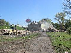 Demolice zdevastovaných domů v prostoru mezi ulicemi Rudnou, Závodní a vítkovickým nádražím.