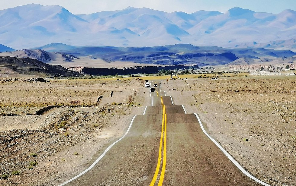 POD FOTO:f_ZVLNĚNÁ argentinská dálnice, kde se údajně dobře stopuje.Foto: archiv Jana Rendla