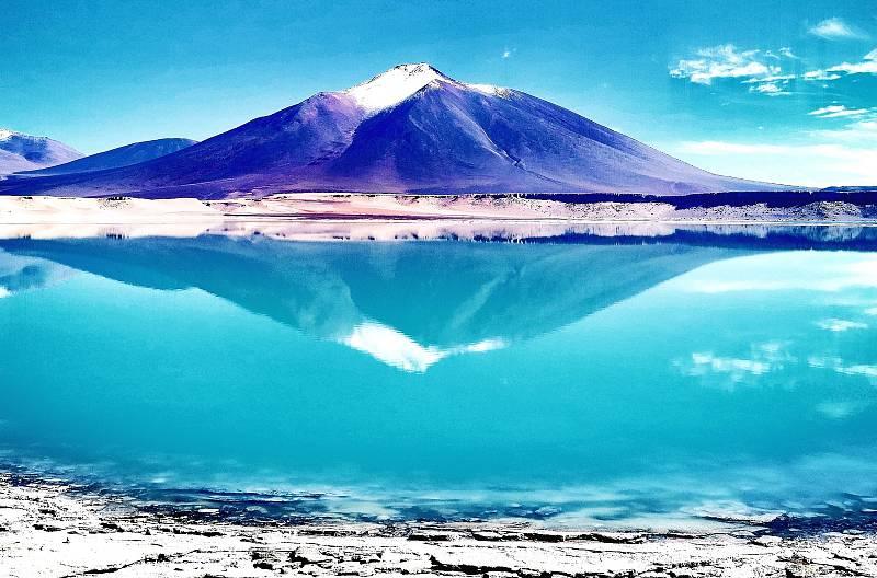 LAGUNA Verde v Bolívii v pozadí chilský vulkán Licancabur.