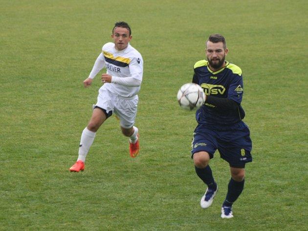 Bílovec si z Krnova nakonec odvezl bod za remízu 3:3. Na snímku bílovecký záložník Ronec (v modrém).