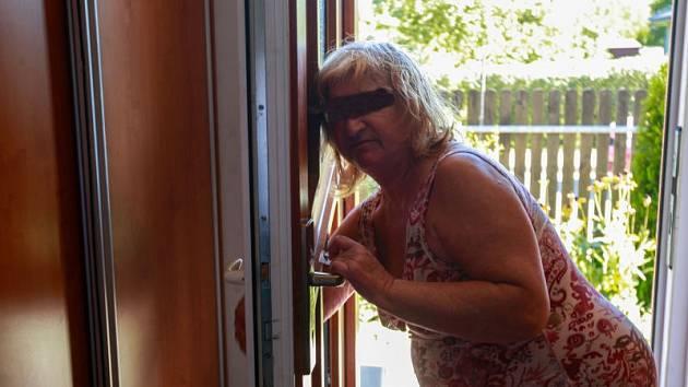 Muže, který se v noci ze středy na čtvrtek vloupal do jejího domu, zabila sedmašedesátiletá žena v Ostravě-Nové Vsi. Na místě zasahovali policisté i záchranáři, kteří však již dotyčnému nemohli pomoci.