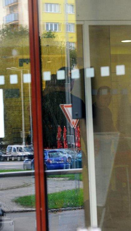 Loupežné přepadení zažili v úterý dopoledne pracovníci jedné z menších poboček České spořitelny v Ostravě-Porubě.