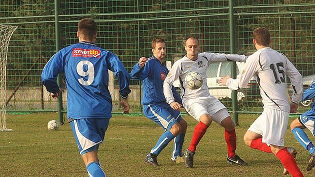Fotbalisté Poruby 2011 (v bílém) hrají momentálně krajský přebor.