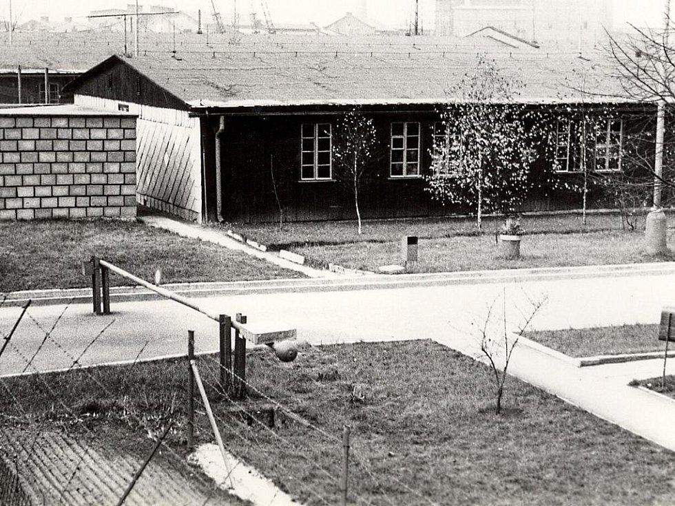 Odsouzení zpočátku bydleli v přízemních dřevěných domcích.
