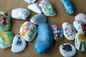 Putovní malované kamínky jsou hitem dnešní doby.
