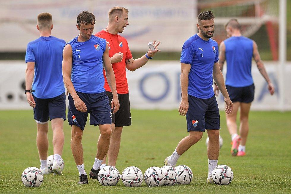 Fotbalisté Baníku Ostrava porazili ve středečním přípravném utkání v Kroměříži slovenskou Skalicu 2:1. Úvodní gól dal v 5. minutě z penalty útočník Tomáš Zajíc (vpravo).