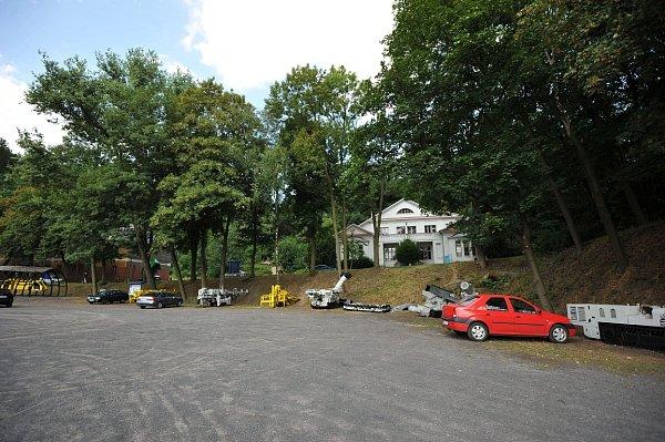Takzvané lapidárium těžkých důlních strojů obklopuje parkoviště vareálu Landek parku.