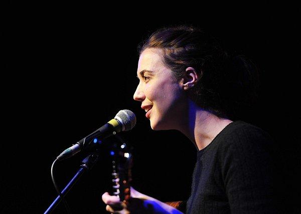 První hvězdou projektu Solo Colours Concerts byla Lisa Hannigan, irská písničkářka, která ve čtvrtek 28.listopadu spolu sdalším irským songwriterem Richie Eganem, známým spíše pod pseudonymem Jape, vystoupila vklubu Cooltour na Černé louce.