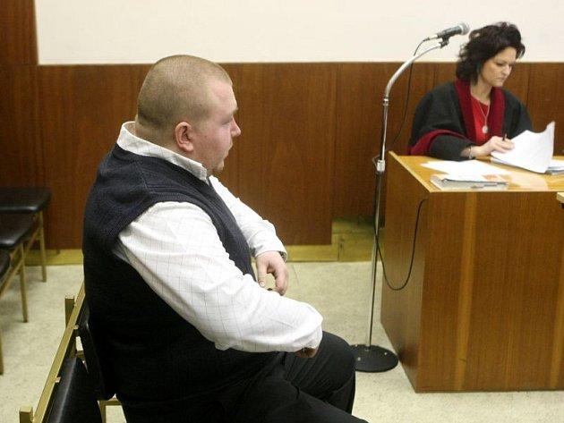 Karel Takáč neudržel nervy na uzdě a zcela nesmyslně hodil krýglem po mladíkovi. Za to jej tento týden stihl trest. Krajský soud v Ostravě ho poslal na tři a půl roku do vězení.