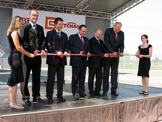 Slavnosti předání nové elektrorozvodny pro firmu Hyundai se zúčastil i moravskoslezský hejtman Evžen Tošenovský (vpravo)