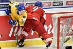 Mistrovství světa hokejistů do 20 let, čtvrtfinále: ČR - Švédsko, 2. ledna 2020 v Ostravě. Na snímku (zleva) Karl Henriksson a Radek Kucerik.