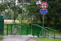 Lávku přes Plesenský potok už dokončili, zbývalo ale dodělat úpravy přístupových cest, v čemž stavařům bránila velká voda.