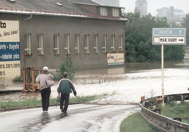 Odbočka, kudy se z Mariánskohorské sjíždí na Švermovu, byla před dvaceti lety zatopená.
