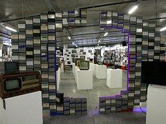 Snímek z přípravy výstavy Od televise k televizi ve Velkém světě techniky v Dolní oblasti Vítkovic.