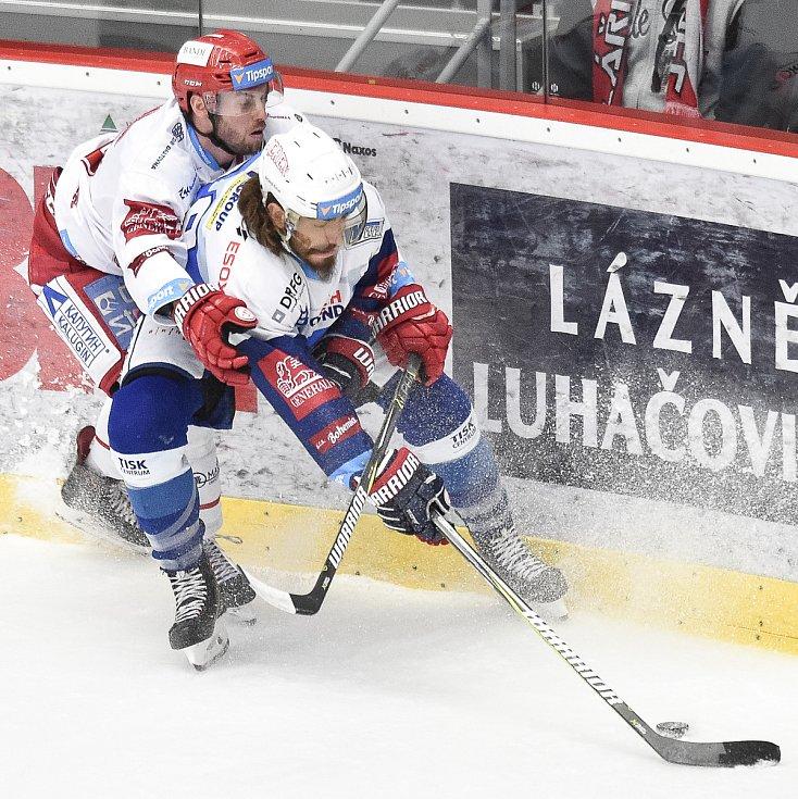 Vladimír Svačina v dresu třineckých Ocelářů. Na snímku s ním (vpravo) Mueller Peter Randy Kometa Brno.